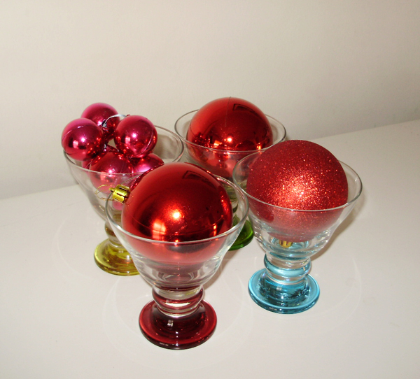 red baubles, christmas decoration ideas, glass bowls, table decoration, christmas